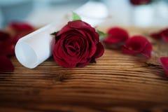 Todavía vida con la rosa y la letra del rojo Imagenes de archivo