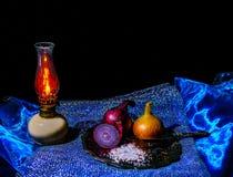 Todavía vida con la sal de cebolla y la vela del aceite Fotos de archivo libres de regalías