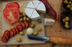 Todavía vida con la salchicha y el queso Imagen de archivo libre de regalías