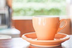Todavía vida con la taza de café anaranjada del café express Imagen de archivo libre de regalías