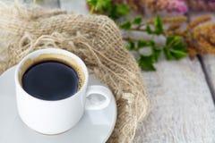 Todavía vida con la taza de café del café express en el fondo rústico blanco Foto de archivo libre de regalías