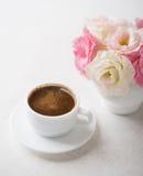 Todavía vida con la taza de café y de flores Imagenes de archivo