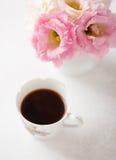 Todavía vida con la taza de café y de flores Imágenes de archivo libres de regalías