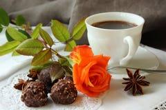 Todavía vida con la taza de café y de una rosa Imagen de archivo libre de regalías