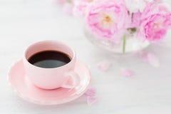 Todavía vida con la taza de café y el ramo de rosas Imagen de archivo libre de regalías