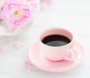 Todavía vida con la taza de café y el ramo de rosas Foto de archivo libre de regalías