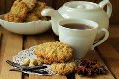 Todavía vida con la taza de galletas del té y de harina de avena Foto de archivo