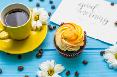 Todavía vida con la taza de té y de torta Imagenes de archivo