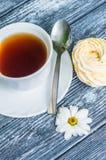 Todavía vida con la taza de té y de torta Fotos de archivo