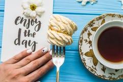 Todavía vida con la taza de té y de torta Fotos de archivo libres de regalías