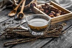 todavía vida con la taza transparente de té en fondo de madera Foto de archivo libre de regalías