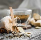 todavía vida con la taza transparente de té en fondo de madera Foto de archivo