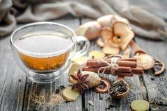 todavía vida con la taza transparente de té en fondo de madera Fotos de archivo