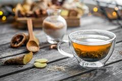 todavía vida con la taza transparente de té en fondo de madera Imágenes de archivo libres de regalías