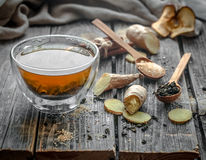 todavía vida con la taza transparente de té en fondo de madera Imagen de archivo