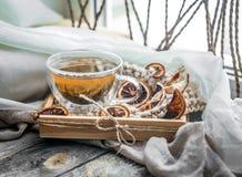 todavía vida con la taza transparente de té en fondo de madera Fotografía de archivo libre de regalías