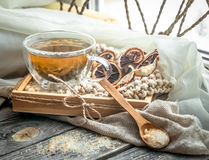 todavía vida con la taza transparente de té en fondo de madera Fotografía de archivo