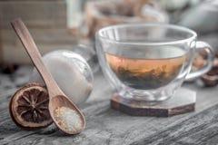 todavía vida con la taza transparente de té en fondo de madera Fotos de archivo libres de regalías
