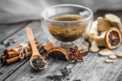 todavía vida con la taza transparente de té en fondo de madera Imagenes de archivo