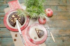 Todavía vida con la torta, el árbol de navidad y la granada de chocolate Fotografía de archivo