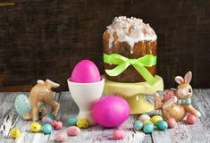 Todavía vida con la torta tradicional de Pascua y los huevos coloridos Fotos de archivo