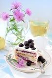 Todavía vida con la torta y cornflowers Imagen de archivo