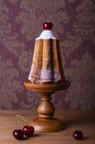 Todavía vida con la torta y la cereza festivas Imagen de archivo libre de regalías