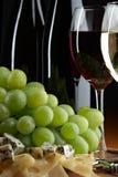 Todavía vida con la uva, el queso y el vino Foto de archivo