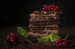 Todavía vida con las barras de chocolate Imagenes de archivo