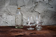 Todavía vida con las botellas de cristal diferentemente formadas Fotos de archivo libres de regalías