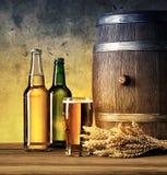 Todavía vida con las botellas y el vidrio de cerveza Fotos de archivo libres de regalías