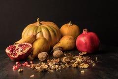 todavía vida con las calabazas, las frutas y las nueces orgánicas en de madera Imagen de archivo libre de regalías