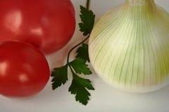 Todavía vida con las cebollas, los tomates rojos y una hoja del perejil Imágenes de archivo libres de regalías