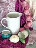 Todavía vida con las cebollas rosadas Foto de archivo libre de regalías