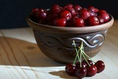Todavía vida con las cerezas jugosas Imagen de archivo libre de regalías