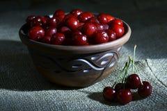 Todavía vida con las cerezas jugosas Foto de archivo libre de regalías