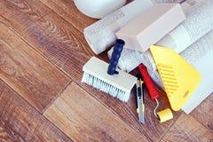 Todavía vida con las diversas herramientas para la reparación casera y los rollos del papel pintado Imagenes de archivo