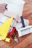 Todavía vida con las diversas herramientas para la reparación casera y los rollos del papel pintado Fotos de archivo