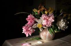 Todavía vida con las flores Imágenes de archivo libres de regalías