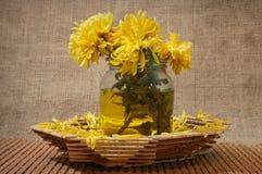Todavía vida con las flores amarillas en un florero Imagenes de archivo