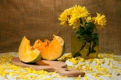 Todavía vida con las flores amarillas en un florero Fotos de archivo libres de regalías