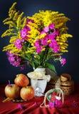 Todavía vida con las flores amarillas y las manzanas frescas Fotos de archivo libres de regalías