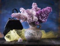 Todavía vida con las flores de la lila Imagenes de archivo