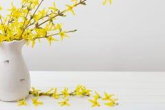 Todavía vida con las flores de la primavera Imágenes de archivo libres de regalías