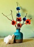 Todavía vida con las flores de papel Foto de archivo
