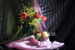 Todavía vida con las flores, el vino rojo y las frutas Fotografía de archivo libre de regalías