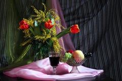Todavía vida con las flores, el vino rojo y las frutas Fotos de archivo