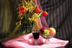 Todavía vida con las flores, el vino y las frutas Imágenes de archivo libres de regalías