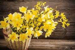 Todavía vida con las flores en cesta Imagen de archivo