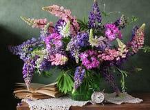 Todavía vida con las flores en un florero Ramo de lupine Imagen de archivo